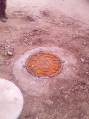 Встановлення чавунної кришки каналізаційного колодязя центрального колектору по вул. Театральна (стадіон)