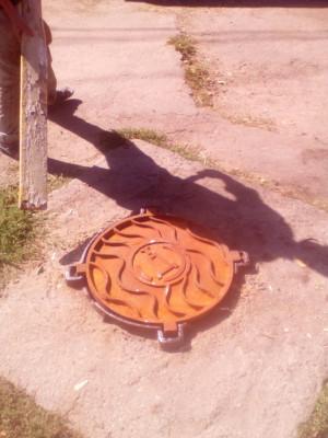 Встановлення кришки каналізаційного колодязя